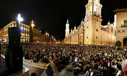 Sitzende Menge in Saragossa