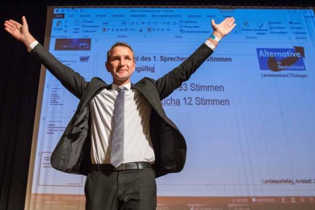 Der Sprecher der Partei Alternative für Deutschland (AfD), Björn Höcke, freut sich am 22.10.2016 beim Landesparteitages Thüringen in Arnstadt (Thüringen) über seine Wiederwahl als Sprecher. (© picture-alliance/dpa)