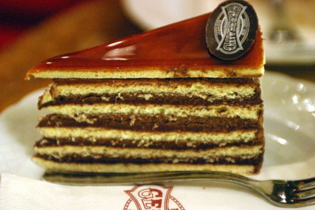 Dobos_cake_(Gerbeaud_Confectionery_Budapest_Hungary)