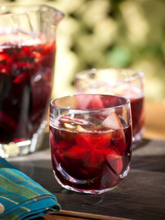 Специалитета на ресторанта – пълната с плодове сангрия