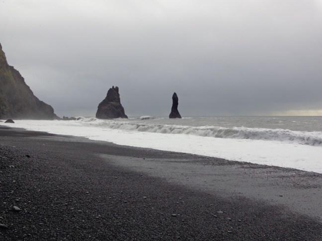 """""""Трите трола"""" на черния плаж Рейнисфяра"""
