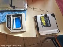 Rechts das DVD Laufwerk, links die SSD, bereits im Montagerahmen installiert