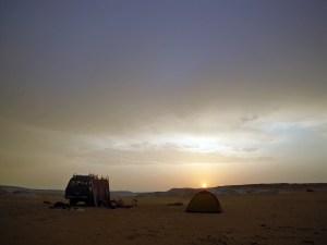 白砂漠でキャンプ。