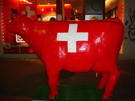"""""""mucca svizzera"""" sul marciapiede di fronte alla vetrina di Anytime!"""