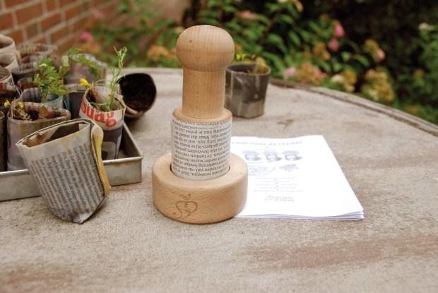 Come si fanno i vasi di carta con l'attrezzino di Secrets du Potager | ©foto Bavicchi