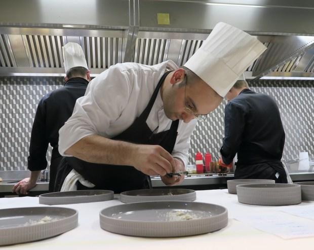 lo chef Lorenzo Barsotti al lavoro con la brigata nella cucina a vista di FILIPPO Pietrasanta |©foto Sandra Longinotti