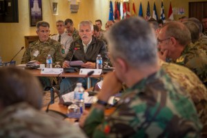 Teniente general John Nicholson, Commander of Allied Land Command (LANDCOM) y el general Petr Pavel, Chairman of the NATO Military Committee