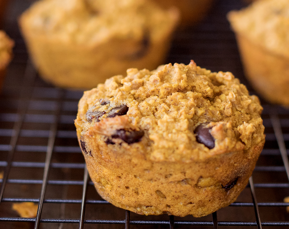 Pumpkin muffins with healthy ingredients like maple syrup, oatmeal, yogurt, coconut oil... Oh. and DARK CHOCOLATE!!! :-)