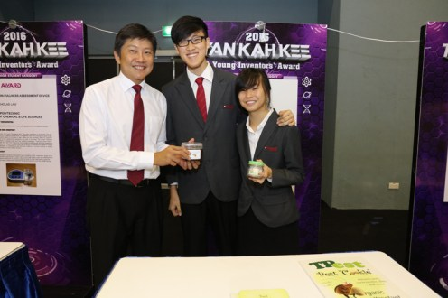MIN posing with some of the team members (Merit Award Winner from Temasek Polytechnic) with their 'Pest Cookie' invention – an organic attractant that is biodegradable..