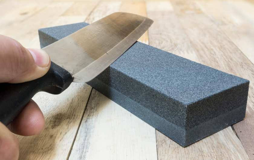 cuchillo de cocinero y piedra de afilar