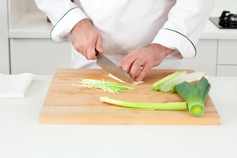chef cortando en juliana