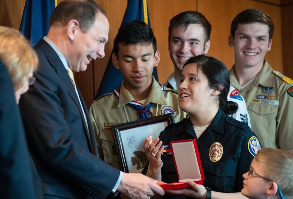 VA-Secretary-McDonald-with-Scouts-3