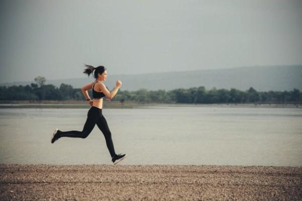 joven-corredor-fitness-mujer_1150-10568