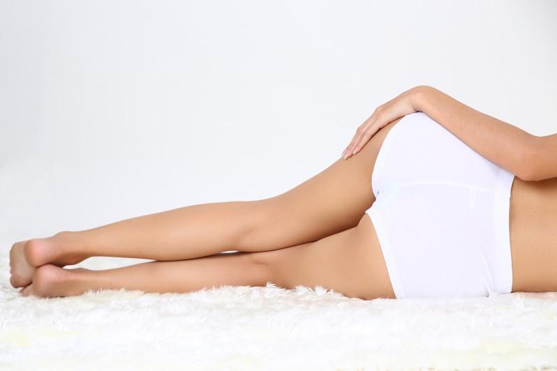 Mujer joven con un cuerpo perfecto sin celulitis
