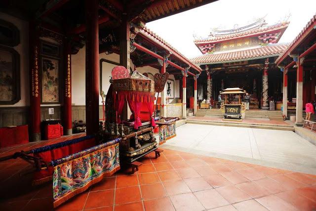 台南大天后宮為全台灣最早官方建置的媽祖廟,又稱大媽祖宮,大殿內祀奉的巨大金面媽祖像,來到大天后宮一定要細細端詳一番|東南旅遊
