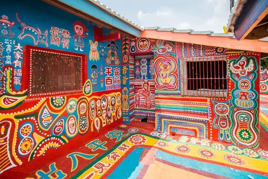 台中著名景點彩虹眷村出自黃永阜(彩虹爺爺)之手,彩繪出色彩繽紛、充滿童趣彩繪的巷道;這些色彩繽紛的人像、動物與色塊,因其擁有令人感動的在地元素,讓許多遊客特地前往觀賞,讓眷村熱鬧起來|東南旅遊