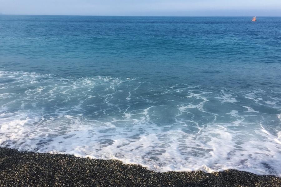 ▲花蓮七星潭大石頭,清澈乾淨的海水(圖/東南旅遊提供)