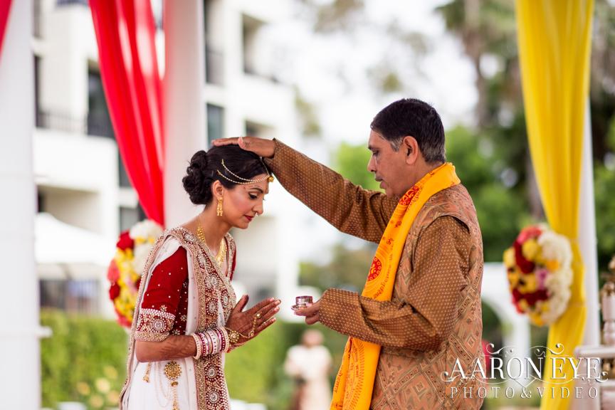 Reha-Vijay-Newport-Beach-Marriott-South-Asian-wedding-Indian_wedding-Hindu-Jain-North_Indian-head-table-ballroom-Aaron-Eye-Photography-pandit-blessing