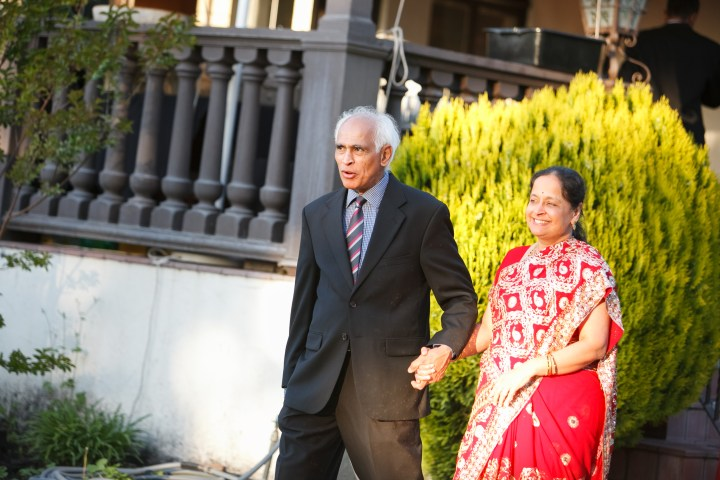 Smita-Aravind-Indian-wedding-mandap-Hindu-outdoor-wedding-ceremony-lehenga-dupatta-mehndi-tikka-nosering-nath-Tamil-Oriya-reception-outdoors-parents-entering