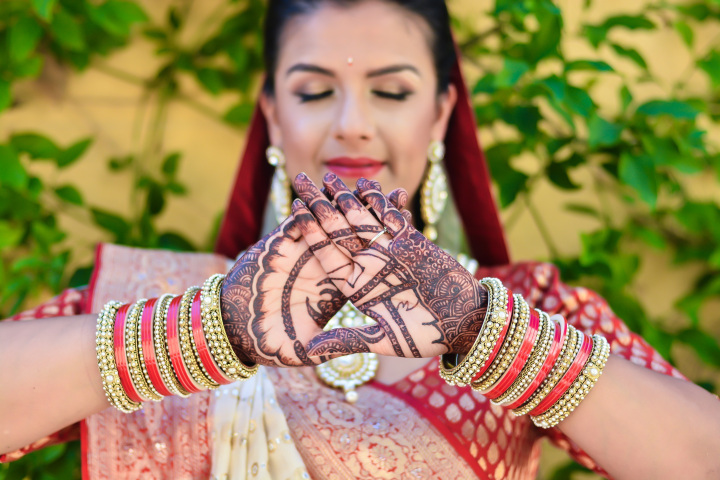 rakhee-amrish-gift-exchange-indian-wedding-venue-photography-greycard-hindu-outdoor-dresses-mehndi-usc-trojans