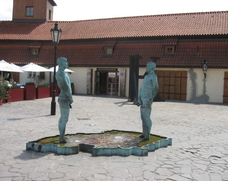 Créditos: https://upload.wikimedia.org/wikipedia/commons/7/78/Franz_Kafka_Museum_Prague.jpg