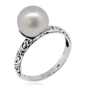 Pearl ring with engraved band