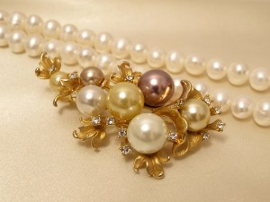 Retro pearl brooch and strand.