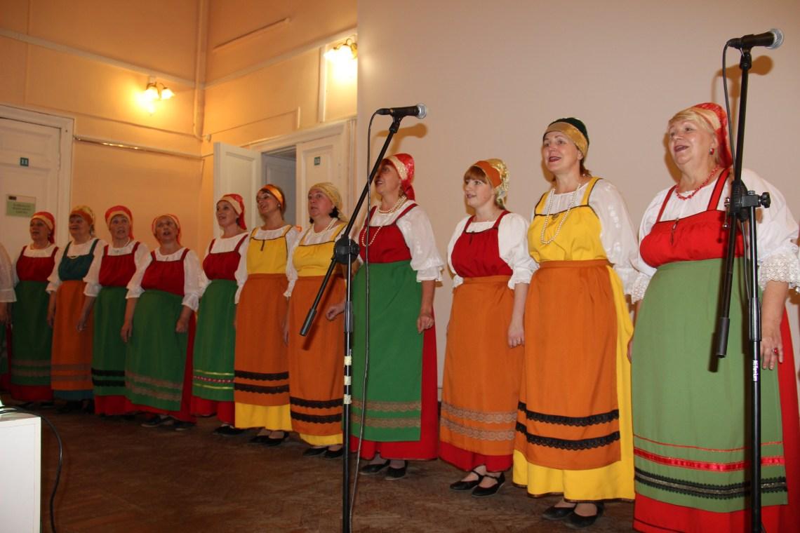 Karelians in traditional folk dress.
