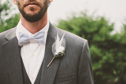 Outfit para boda con detalle en la solapa y pajarita.