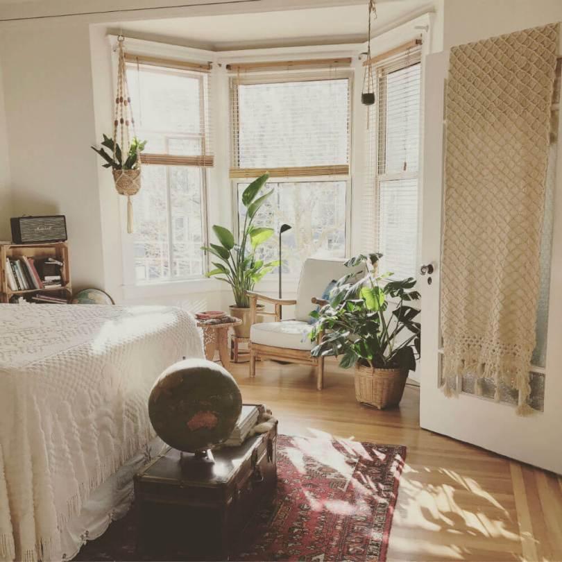 Habitación con plantas y combinación de tejidos