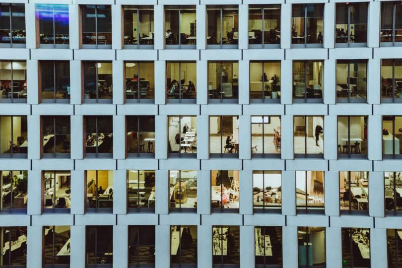 edificio de oficinas desde el exterior