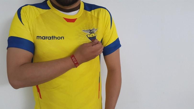 chico demuestra apoyo a su equipo con su camiseta