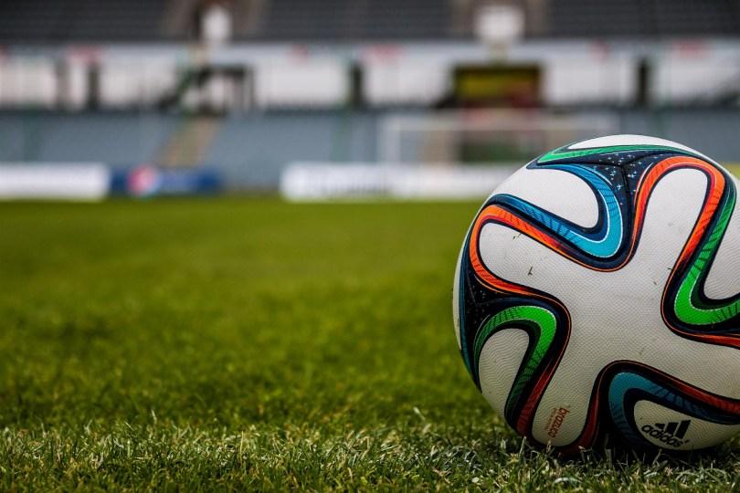 vivir el fútbol- una pelota en un campo de futbol