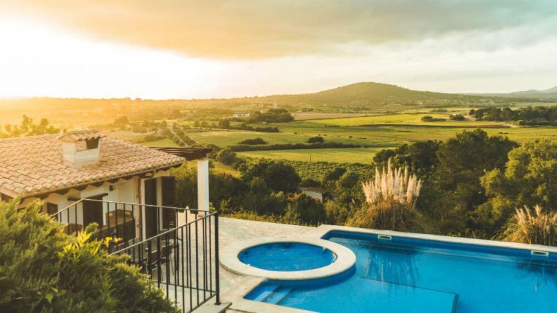 Vista de casa rural con piscina.