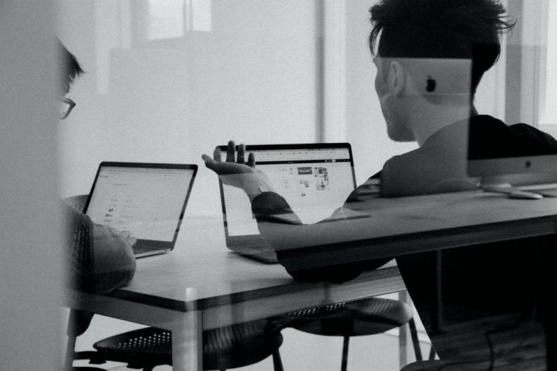 trabajadores en oficina con ayudas y descuentos para empresas