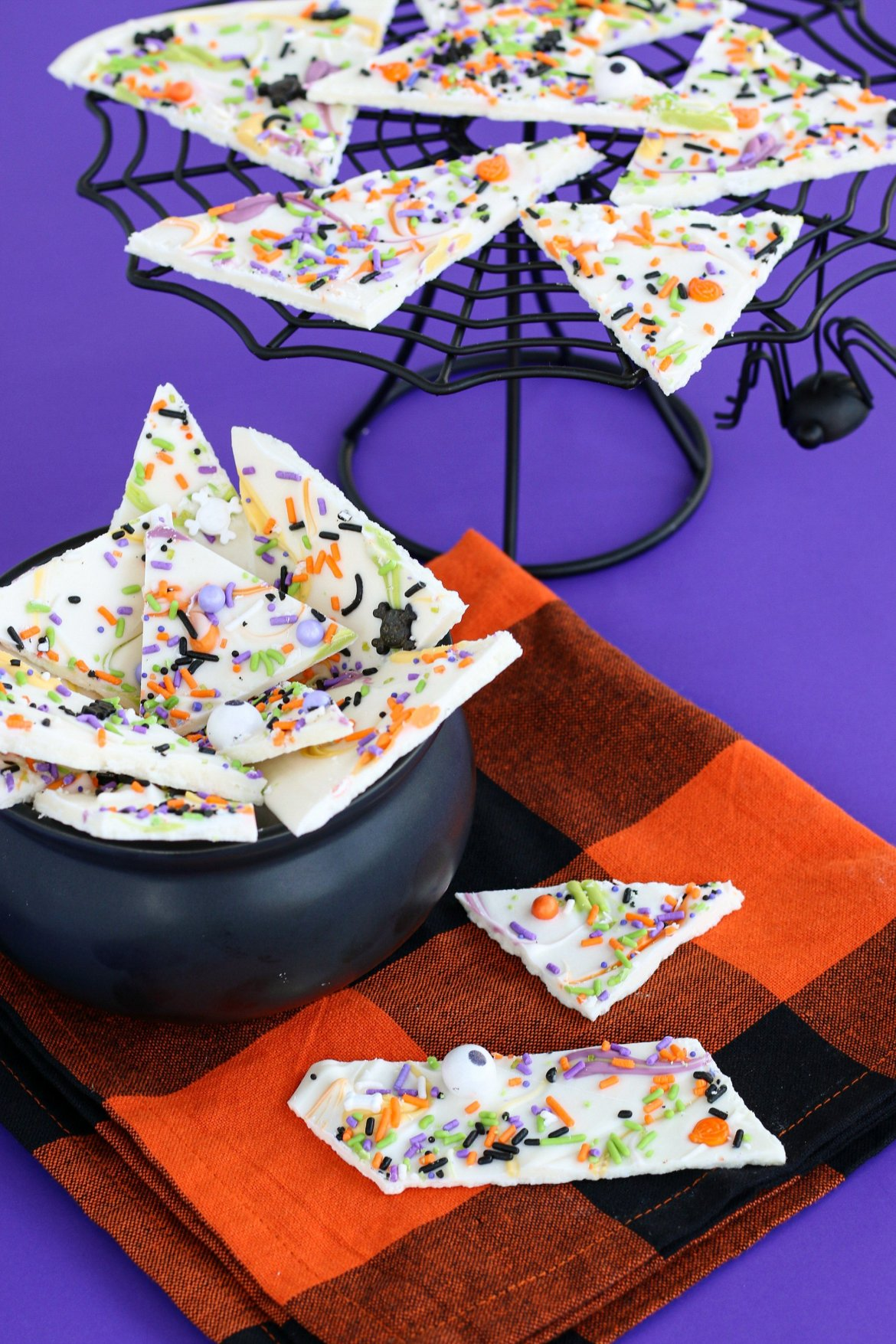 Halloween chocolate bark recipe ready for a halloween party!