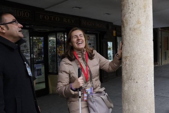 Núria tocando una columna en la calle Mayor