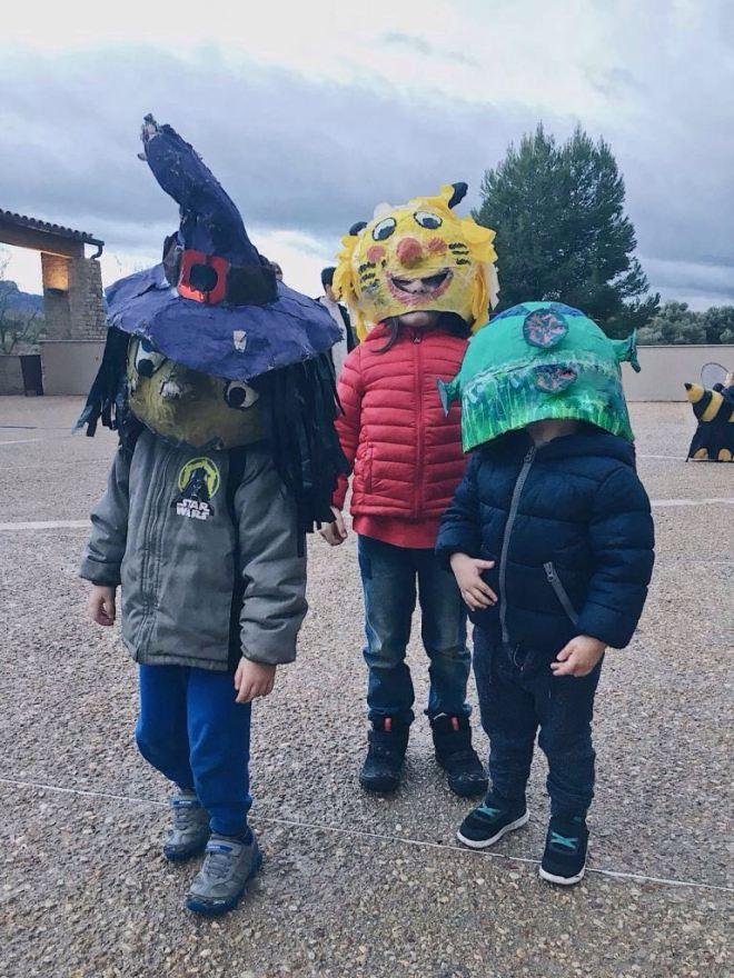 Los 3 peques con cabezudos, bruja, león y extraterrestre