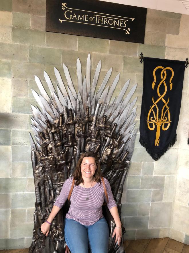 Núria sentada en un pub en una reproducción del Trono de Hierro