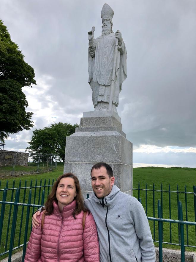 Juanjo y núria al lado de una estátua de san Patricio.