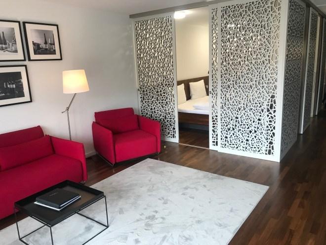 Habitación vista desde la entrada, se ve el pasillo central y la parte derecha con el dormitorio y la sala de estar rodeados por una celosía de madera
