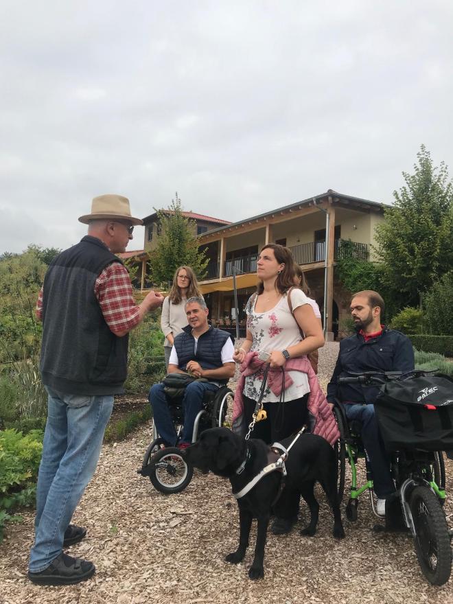 Grupo de personas con y sin discapacidad en el jardín botánico de Klostermühle