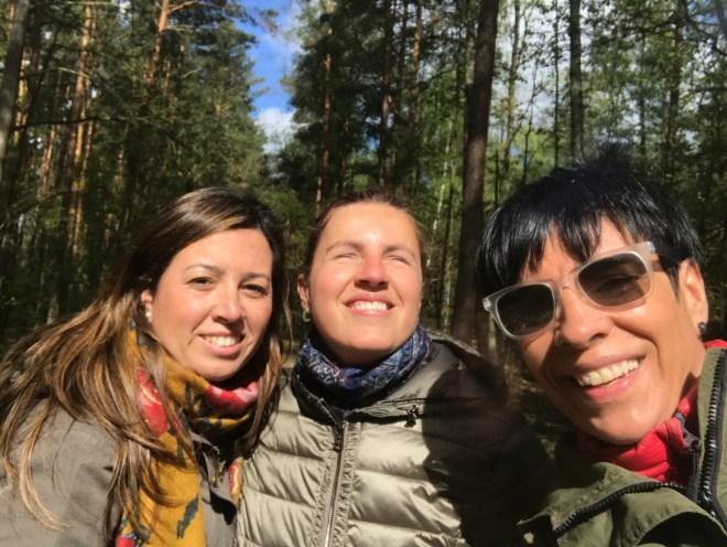 Selfie Núria, Izaskun y María en el bosque.