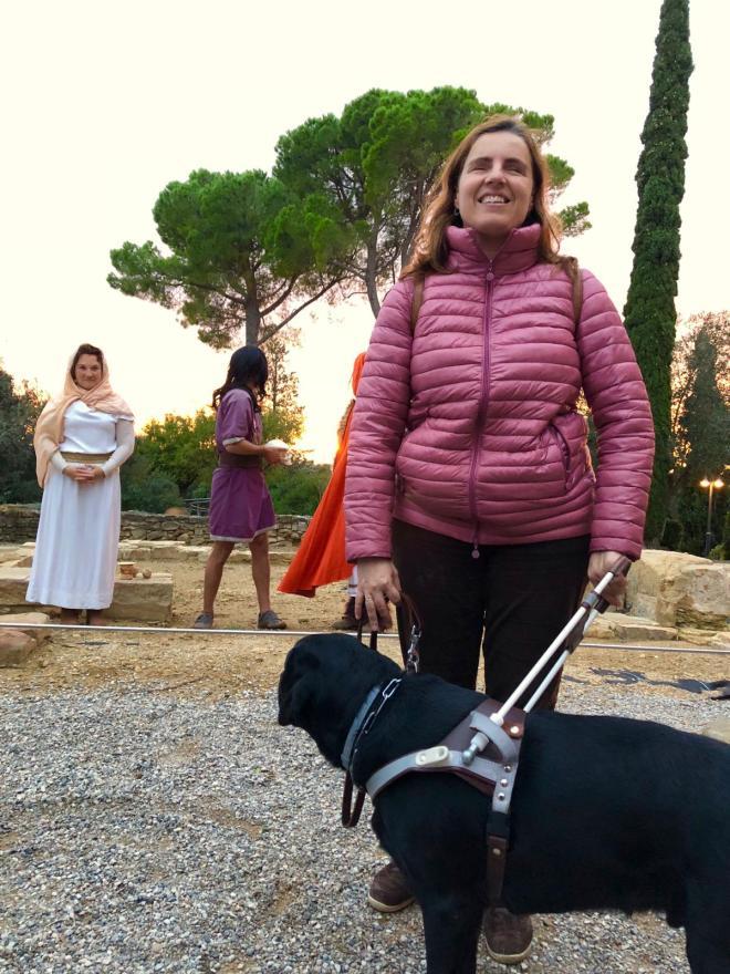 Núria y su perro guía con los actores de la obra.