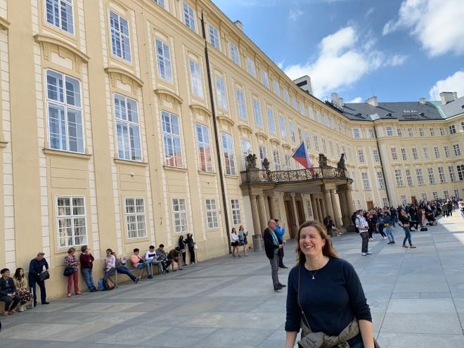 Núria en el recinto del castillo de Praga.