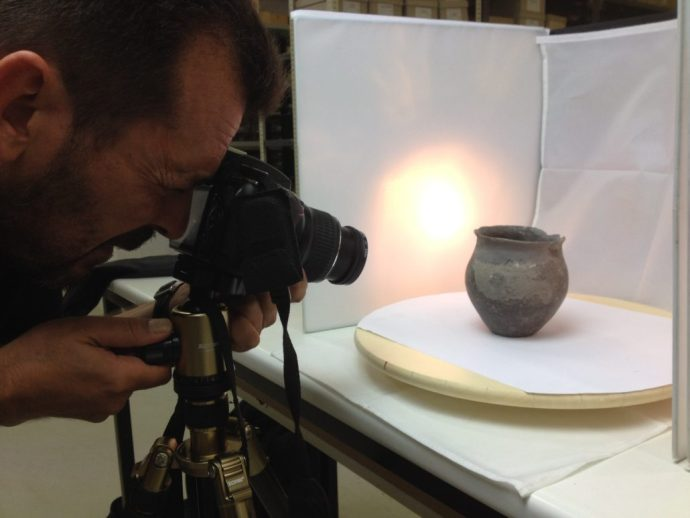 Photo-scanning a small clay pot at the warehouse of the Archaeology Section of Navarra at Cordovilla.