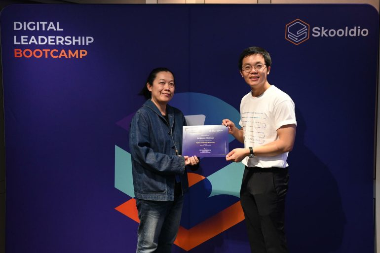"Receiving Digital Leadership Bootcamp (DLB)'s certificate of completion from Virot ""Ta"" Chiraphadhanakul | Skooldio Blog - พลิกธุรกิจ Event Organizer ในวันที่ทุกงานโดนยกเลิก: Mindset ผู้บริหาร กับบทบาทของ Design Thinking ในองค์กร"