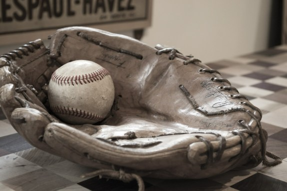 https://pixabay.com/en/baseball-ball-glove-582887/