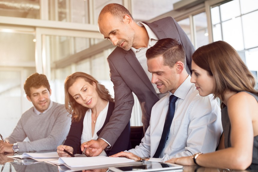 Capacitar el equipo de trabajo y saber cumplir su rol de comandar son funciones claves de un líder.