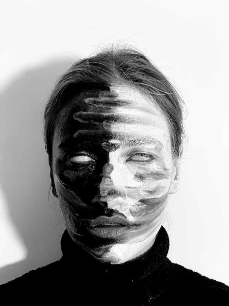 donna col volto dipinto